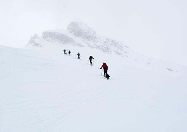Esquiadores en las montañas
