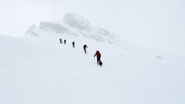 Esquiadores en las montañas - Sputnik Mundo