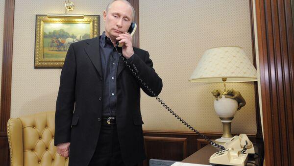 Vladímir Putin, presidente de Rusia, habla por teléfono - Sputnik Mundo