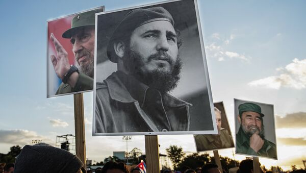 People gather before the start of the last ceremony to pay homage to the late Cuban leader Fidel Castro in Santiago, Cuba on December 3, 2016. - Sputnik Mundo