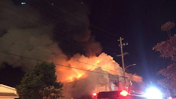 Un incendio en Oakland, estado de California, EEUU - Sputnik Mundo