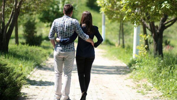 Una pareja paseando - Sputnik Mundo