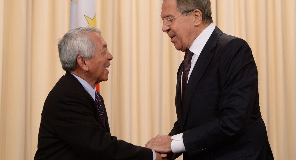 Perfecto Yasay, el ministro de Exteriores de Filipinas, y su homólogo ruso, Serguéi Lavrov