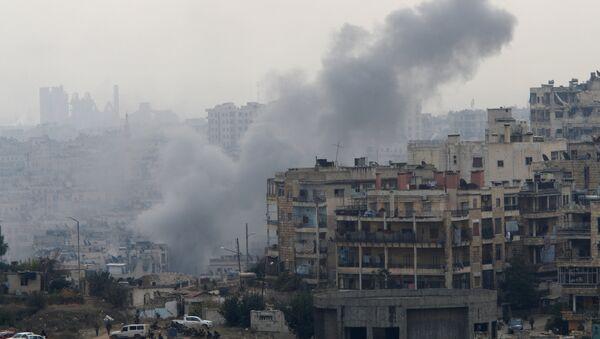Smoke rises near Pro-Syrian government soldiers after shelling, in al-Izaa area in Aleppo, Syria - Sputnik Mundo