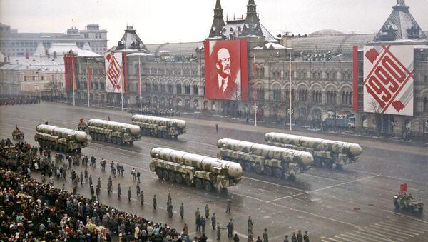 Misiles balísticos intercontinentales soviéticos durante el desfile militar con motivo de la Gran Revolución Socialista de Octubre en 7 de noviembre de 1990 - Sputnik Mundo