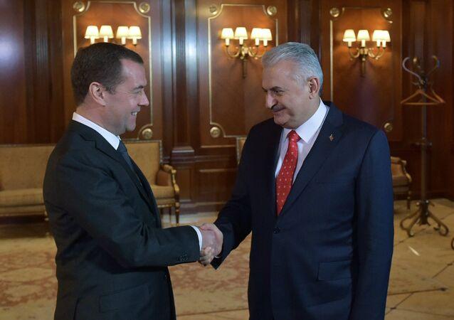 Dmitri Medvédev, primer ministro ruso, con su homólogo turco, Binali Yildirim (archivo)