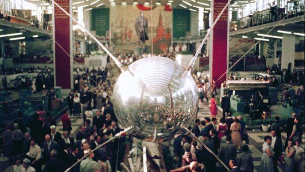 Copia del Sputnik 1, mostrado durante la feria EXPO 58 en Bruselas - Sputnik Mundo