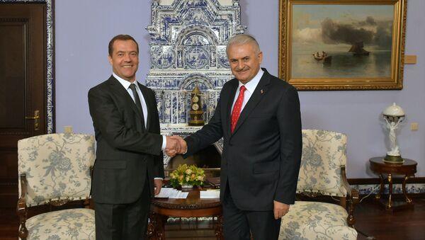 Dmitri Medvédev, primer ministro ruso, con su homólogo turco, Binali Yildirim - Sputnik Mundo