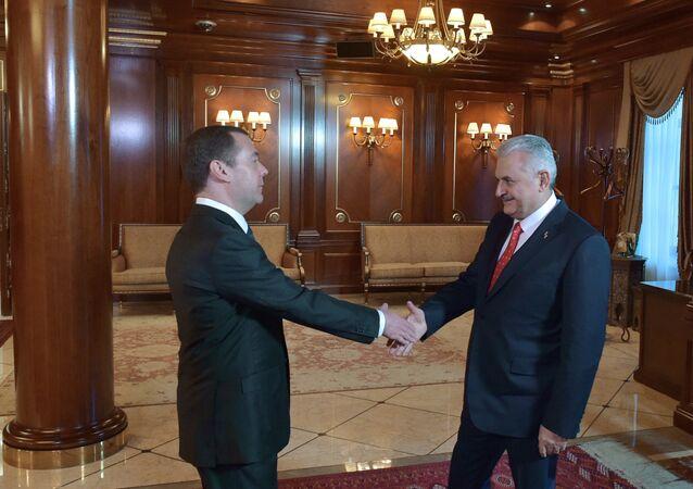 El primer ministro ruso Dmitri Medvédev se reúne con su homólogo turco Binali Yildirim