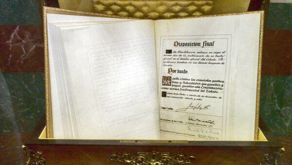 Ejemplar de la constitución española de 1978 en el Congreso (imagen referencial) - Sputnik Mundo