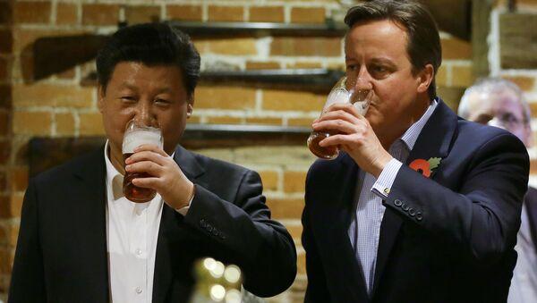 El presidente de China, Xi Jinping, y el primer ministro británico, David Cameron, toman una copa de cerveza - Sputnik Mundo