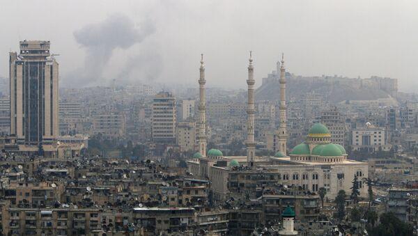 Smoke rises after strikes on Aleppo, Syria December 5, 2016. - Sputnik Mundo