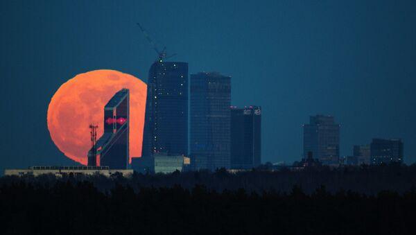 A full moon over the Moscow City International Business Center - Sputnik Mundo