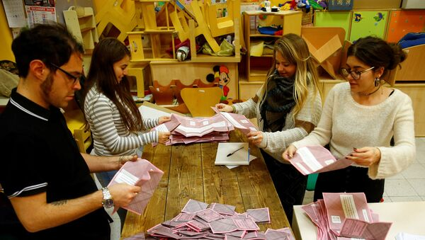 Volunteers count ballots for a referendum on constitutional reform at a polling station in Rome, Italy, December 4, 2016 - Sputnik Mundo