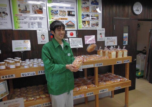 Un alumno japonés que hornea el pan ruso