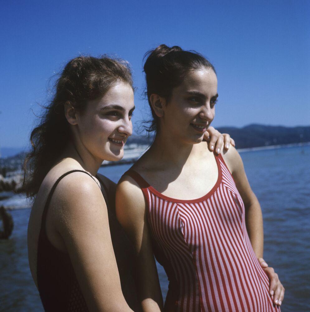 República Socialista Soviética de Georgia. Las chicas en la playa de la ciudad de Sujumi, 1969