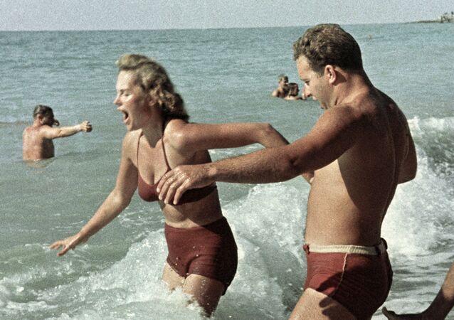 La gente nada en el mar Negro. Crimea, 1962
