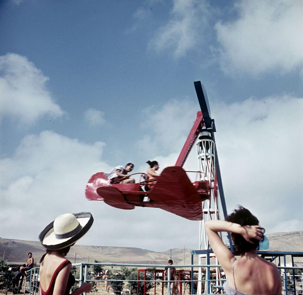 Atracciones en la playa de Bakú. República Socialista Soviética de Azerbaiyán, 1967