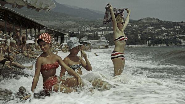 Las mujeres soviéticas en la playa de Crimea (archivo) - Sputnik Mundo