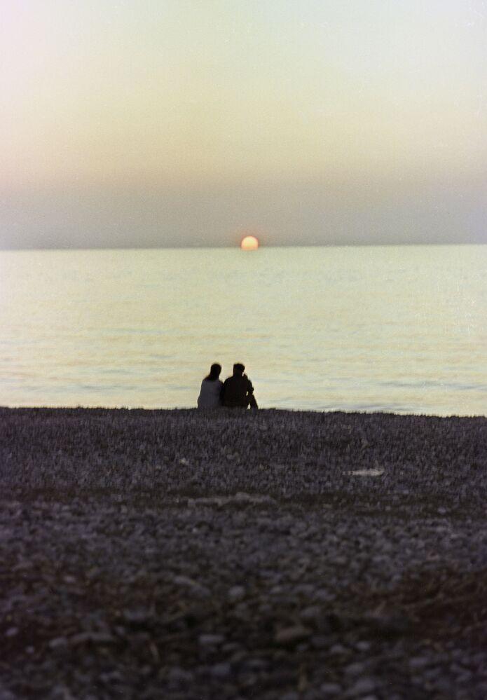 Una pareja contempla el atardecer en la playa de Sochi. RSFS de Rusia, 1968