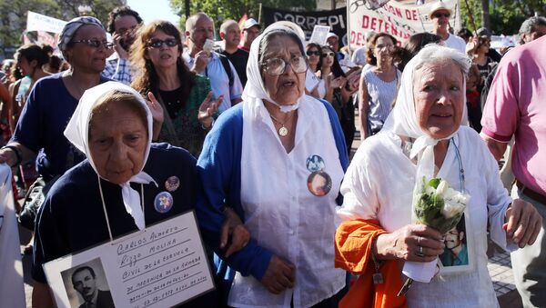 Nora Cortinaz (R), the leader of the human rights group Madres de Plaza de Mayo (Mothers of the Disappeared), and other members of the organization walk during the annual March of Resistance in front of the Casa Rosada Presidential Palace, in Buenos Aires - Sputnik Mundo