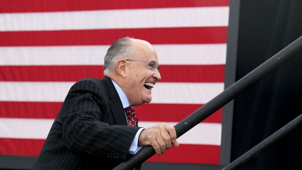 Former New York City mayor Rudy Giuliani smiles as he takes the stage to speak before Republican presidential candidate Donald Trump at an event on October 15, 2016 in Portsmouth, New Hampshire - Sputnik Mundo