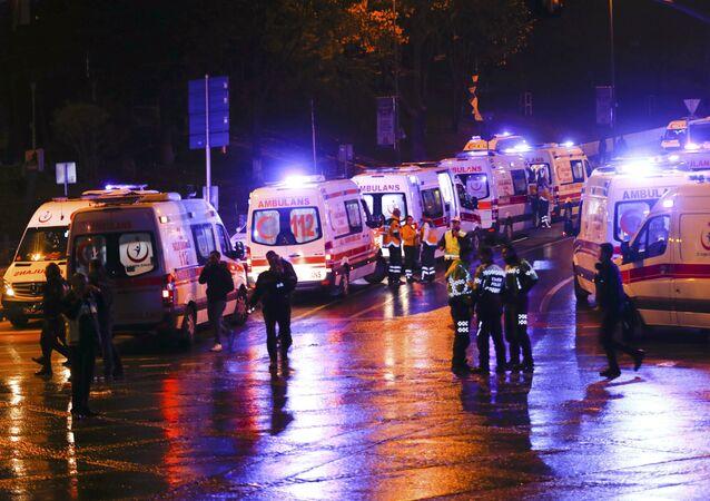 La policía y la ambulancia en el lugar de la explosión en Estambul, Turquía
