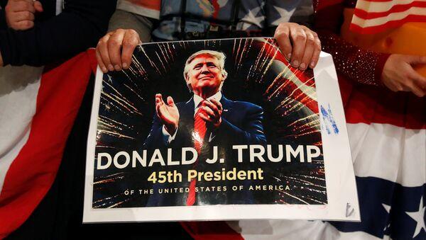 Un poster con Donald Trump - Sputnik Mundo