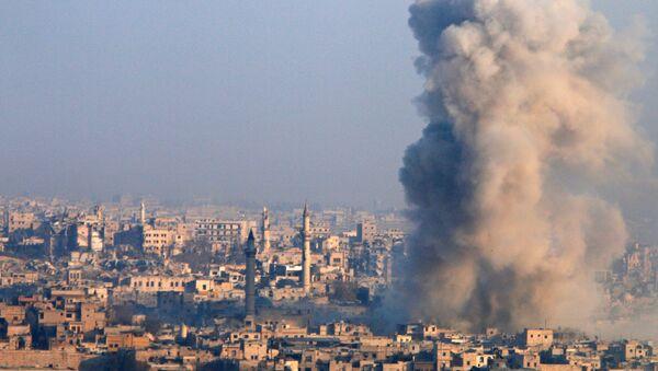 Una columna de humo se alza en Alepo - Sputnik Mundo