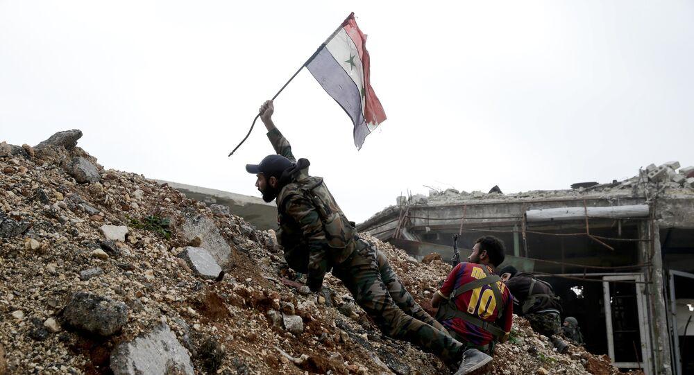 Militar sirio emplaza la bandera nacional de Siria (archivo)