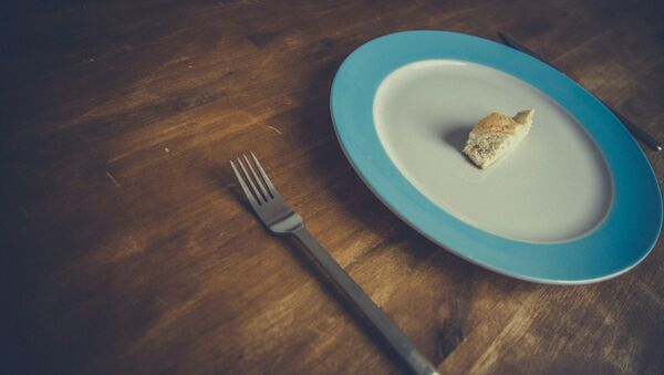 Un plato con un pedazo de pan - Sputnik Mundo