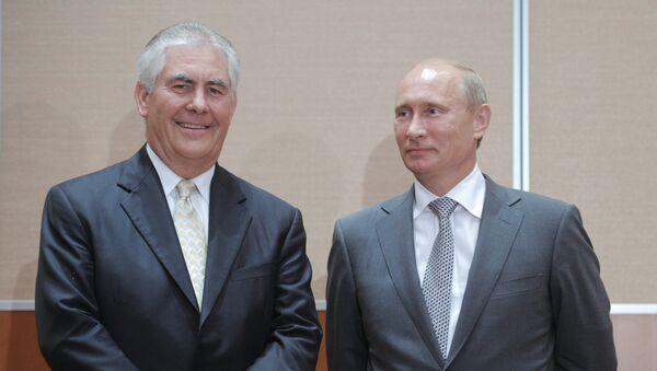 El presidente de Rusia, Vladimir Putin junto al director ejecutivo de Exxon Mobil,  Rex Tillerson, el 30 de agosto de 2011. - Sputnik Mundo