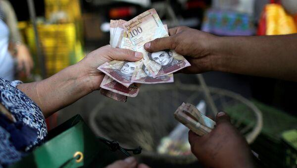 Los billetes de 100 bolívares - Sputnik Mundo