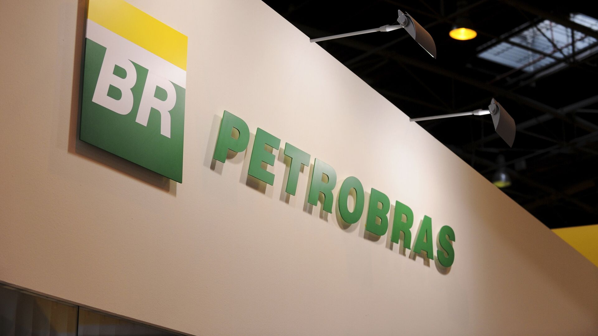 A picture shows the logo of Brazil state-run oil giant Petrobras during the World Gas Conference exhibition in Paris - Sputnik Mundo, 1920, 22.02.2021