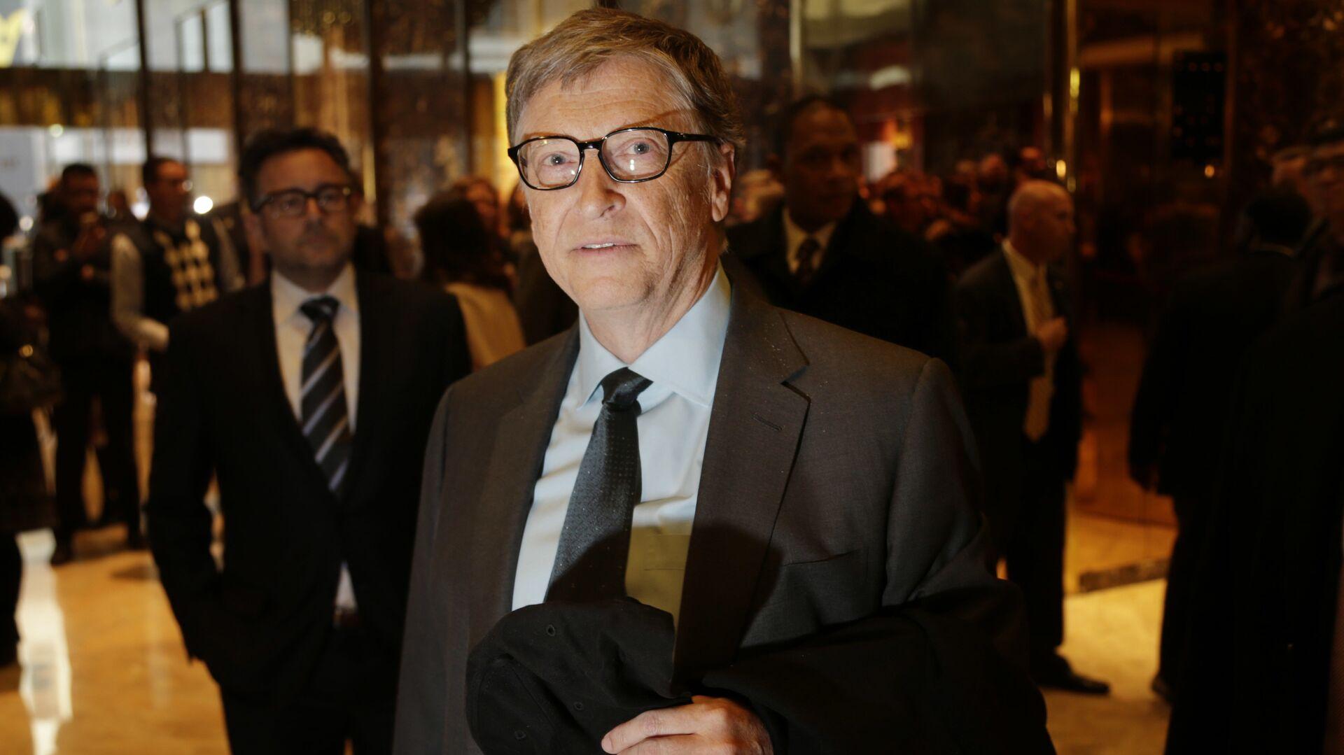 Bill Gates talks to reporters in the lobby of Trump Tower in New York, Tuesday, Dec. 13, 2016 - Sputnik Mundo, 1920, 17.05.2021