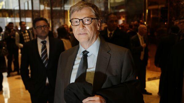 Bill Gates talks to reporters in the lobby of Trump Tower in New York, Tuesday, Dec. 13, 2016 - Sputnik Mundo