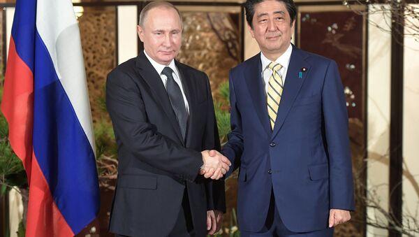El presidente ruso, Vladímir Putin, y el primer ministro de Japón, Shinzo Abe - Sputnik Mundo