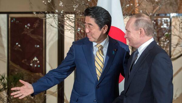 El presidente de Rusia, Vladímir Putin y el primer ministro de Japón, Shinzo Abe - Sputnik Mundo