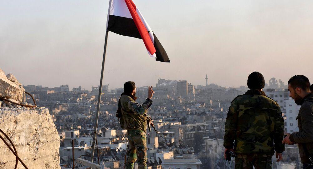 Fuerzas gubernamentales establecen la bandera de Siria en el este de Alepo, 14 de diciembre de 2016