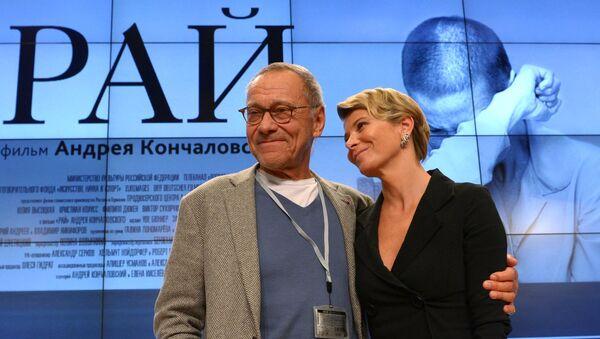 Andréi Konchalovski, cineasta ruso, con su esposa - Sputnik Mundo