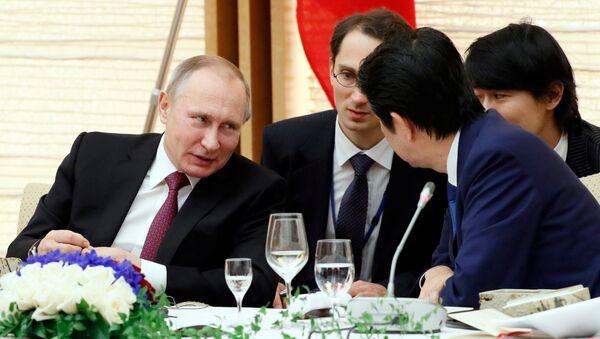 Vladímir Putin, presidente ruso, y Shinzo Abe, primer ministro de Japón - Sputnik Mundo