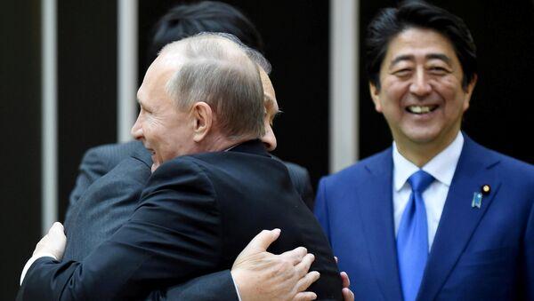 Vladímir Putin, presidente de Rusia, Yoshiro Mori, ex primer ministro de Japón, y Shinzo Abe, primer ministro de Japón durante la reunión en Tokio el 16 de diciembre - Sputnik Mundo