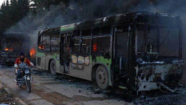 Un autobús quemado - Sputnik Mundo