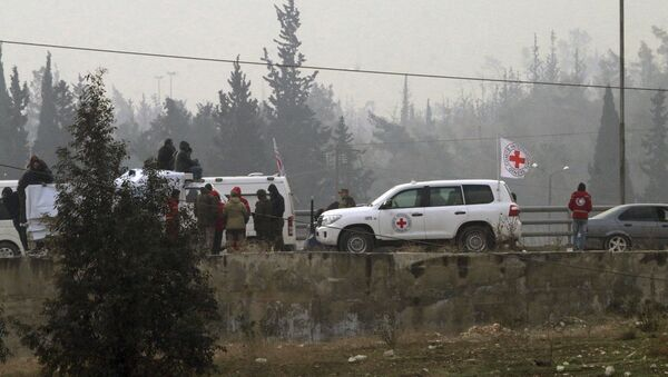 In this photo released by the Syrian official news agency SANA, civilians gather near the Red Cross vehicles for evacuation from eastern Aleppo, Syria, Friday, Dec. 16, 2016. - Sputnik Mundo