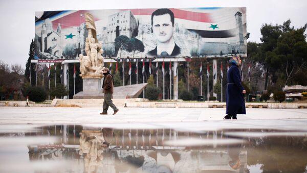 Un cartel con la imagen del presidente sirio, Bashar Asad, en Alepo - Sputnik Mundo