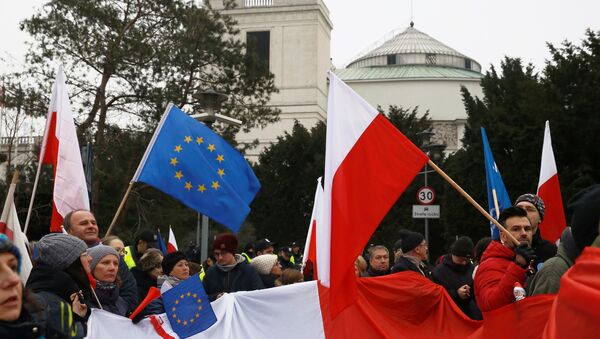 Demonstrators wave Polish and EU flags during a protest outside the Parliament building in Warsaw, Poland, December 17, 2016. REUTERS/Kacper Pempel - Sputnik Mundo