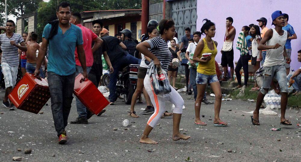 Los venezolanos saquendo las tiendas (archivo)