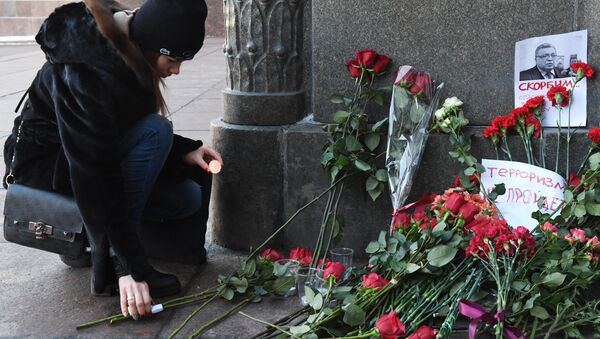 Moscovitas dejan flores y velas al Ministerio de Asuntos Exteriores de Rusia para rendir homenaje al embajador Kárlov - Sputnik Mundo