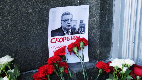 Moscovitas llevan flores y velas al Ministerio de Asuntos Exteriores de Rusia para rendir homenaje al embajador Kárlov - Sputnik Mundo