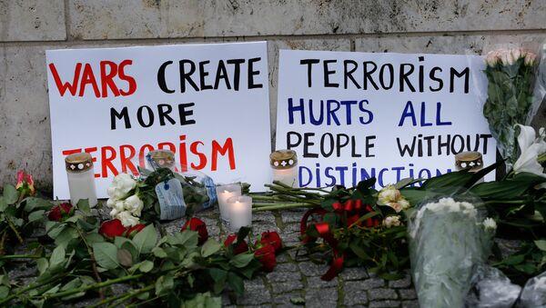 Flores y carteles en el lugar del atentado en Berlín - Sputnik Mundo
